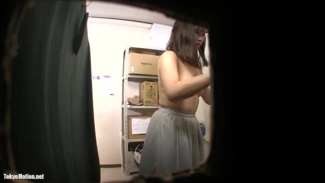 学校帰りの女子高生がバイト先の更衣室を盗撮されて着替えが丸見え